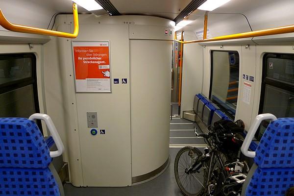RE - Fahrradplatz hinter behindertengerechter Toilette mit Räder